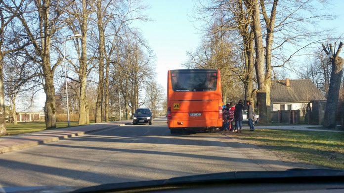 Skolēni iekāpj Ikšķiles skolēnu autobusā. Rīgas iela, Ikšķile. Foto: Maris