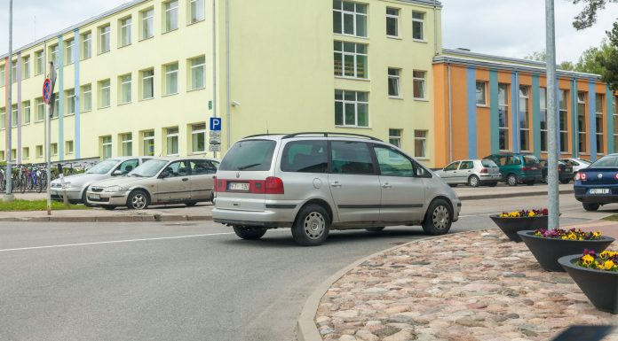 VW Sharan FT-130 novietots Skolas un Birzes ielas krustojumā, lai iegādātos Sudoku žurnālu.