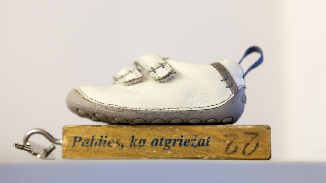 Viena bērnu kurpe, kas atrasta Ikšķiles Maxima. Foto: Iesūtīts foto