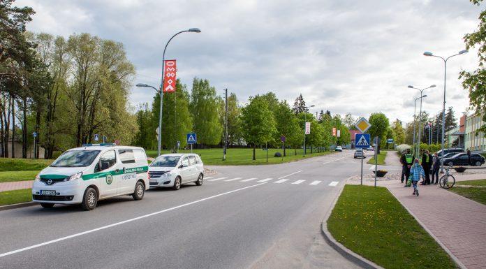 Skolas ielas un Birzes ielas krustojumā, notriekts 2000.gadā dzimis pusaudzis, kas ar velosipēdu šķērsoja gājēju pāreju.