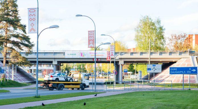 """Velosipēdists un Opel """"Zafira"""" bija cietuši sadursmē, bet ceļu policijas auto pēc notikušā noformēšanas vairs nespēja doties prom bez palīdzības."""