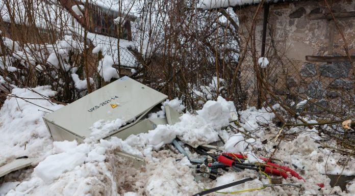 Ozolu iela. Bojātais elektrības sadales skapis, kurā ietriecās Volvo XC-70.
