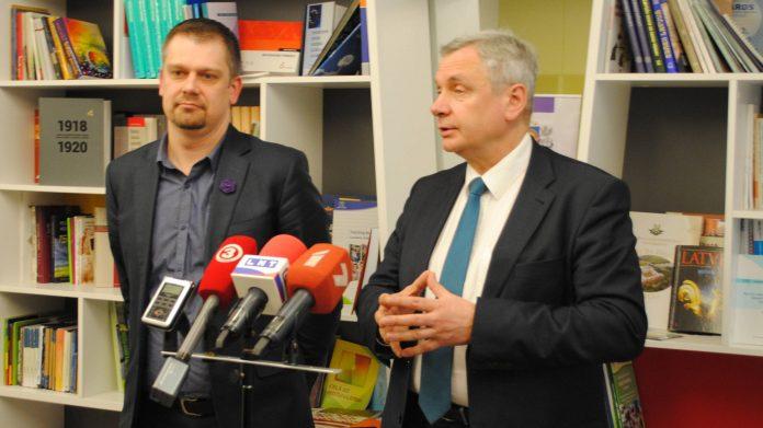 Česlavs Batņa un Kārlis Ša durskis. Foto: Izglītības un zinātnes ministrija