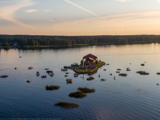 Ikšķiles 835. gadu jubilejai veltītais koncerts pašā Daugavas vidū uz Sv. Meinarda salas