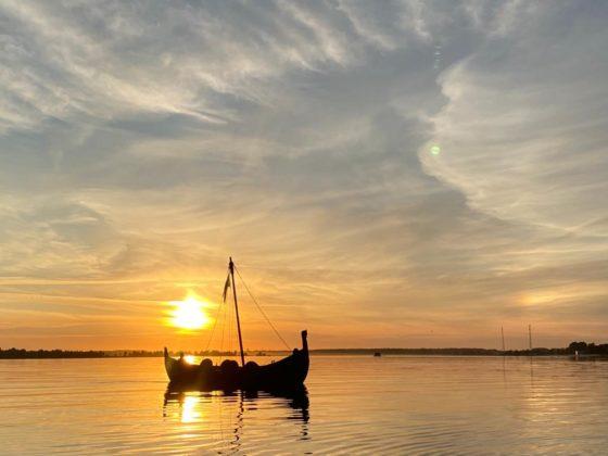 Vikingu ozolkoka kuģis Üxküll (Ikšķile) Daugavā. Foto: Ikšķiles laivu noma