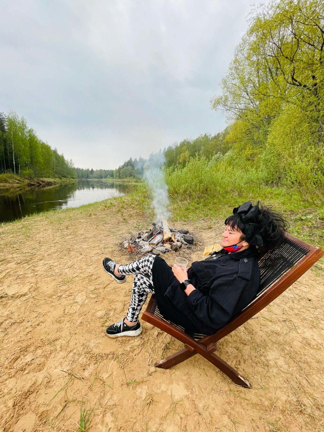 Multimaksla pop up tirdzins Elita Patmalniece kresla upes krasts