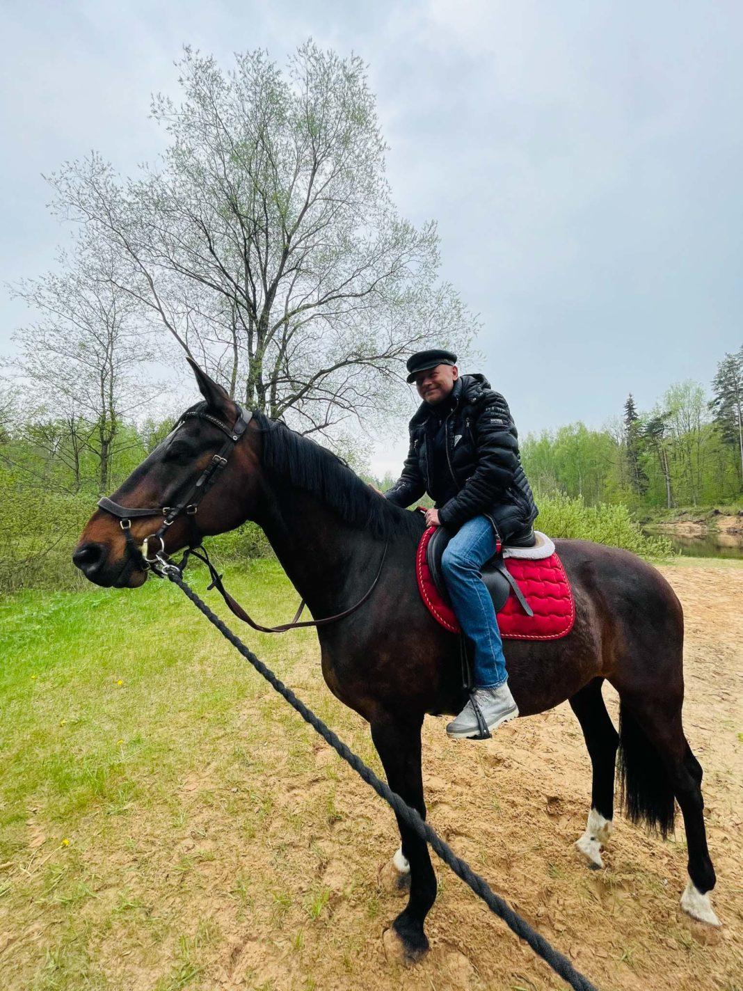 Multimaksla pop up tirdzins Igo Fomins uz zirga